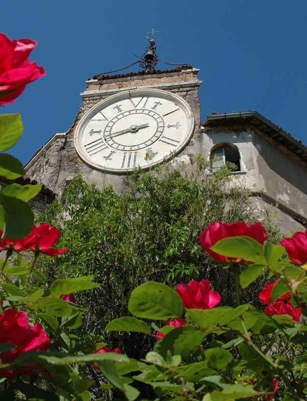 L'orologio settecentesco incastonato nella fortezza