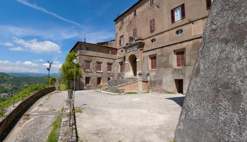 Il piazzale su cui affaccia il palazzo settecentesco